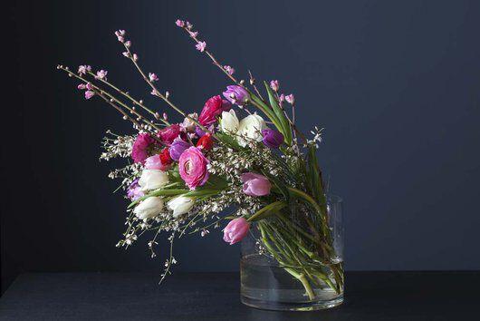 bukett med ranunkler, tulipaner og greiner