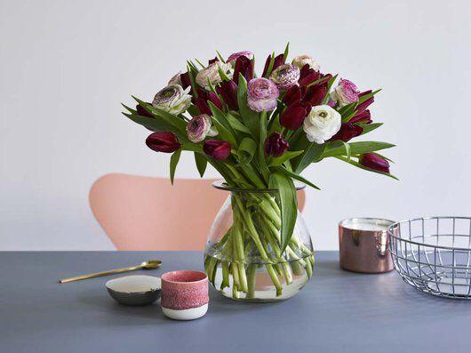 vakkert å kombinere ranunkler og tulipaner
