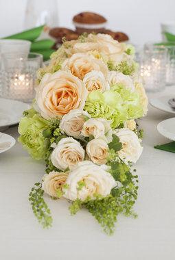 festbord med nelliker og roser