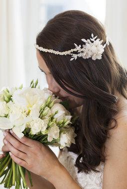 hvit brudebukett med peoner som hovedblomst