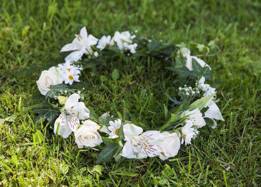 vakker blomsterkrans med eføy og alstroemeria