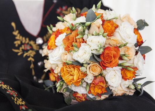 brudebukett med gylne farger til bunaden