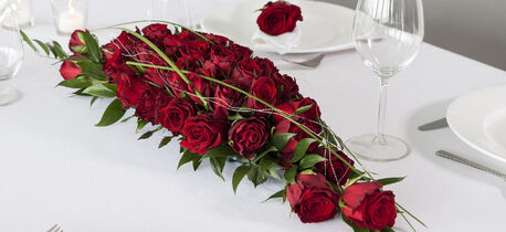 binderi_blomsterdekorasjon i roser_rød_festbord