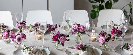 festbordet dekket med festpakke i hvitt