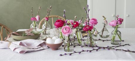 pynt et vakkert bord med vårblomster