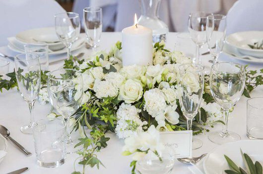 festbord med borddekorasjon i hvit og grønn