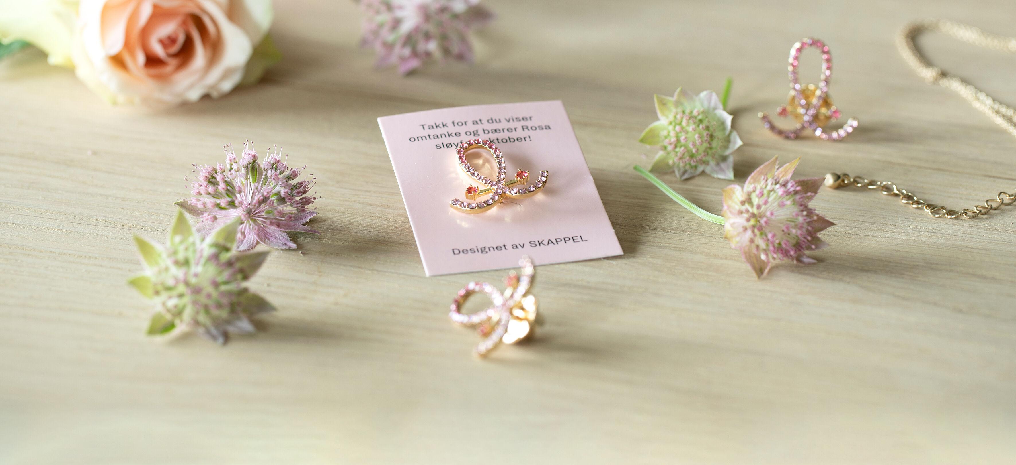 Dorthe og døtrene har designet årets Rosa sløyfe