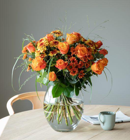 vakker gyllen bukett med roser og krysantemum