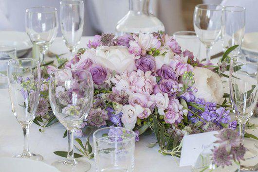 pynt festbordet med borddekorasjon i lilla og rosafarger