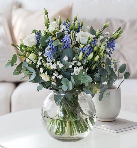 vakker bukett med perleblomster_lisianthus og eukalyptus