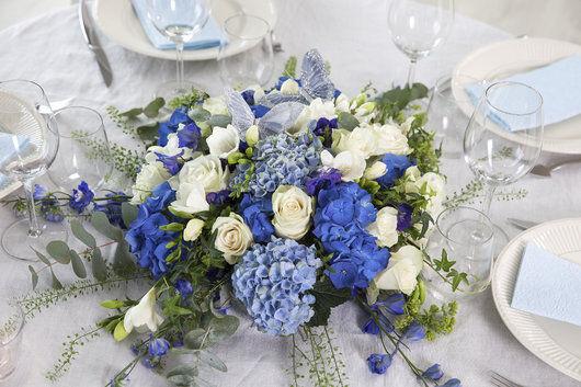 rund borddekorasjon i blå og hvit