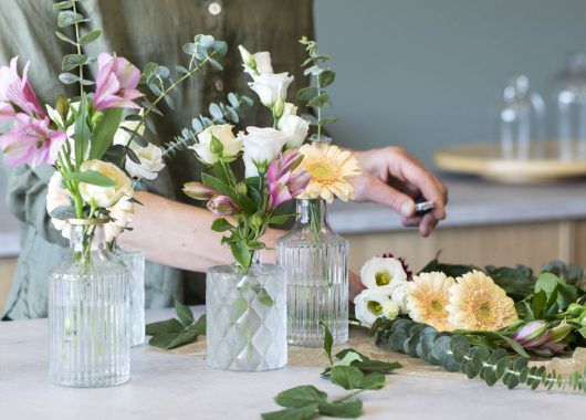 sett 1-3 blomsterstilker i hver vase