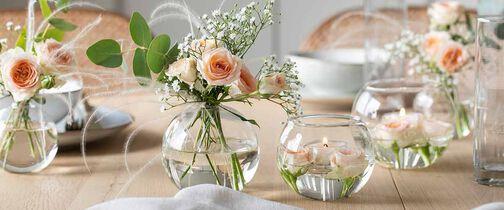 vaser med blomster