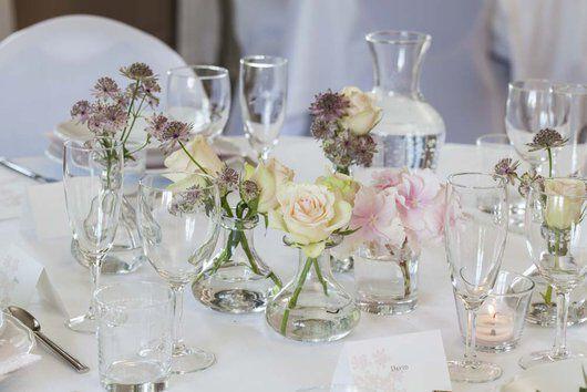 pyntet festbord med småvaser og blomster