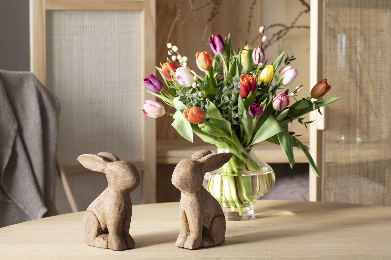 vakre blomster sammen med koselige påskeharer gir god påskestemning