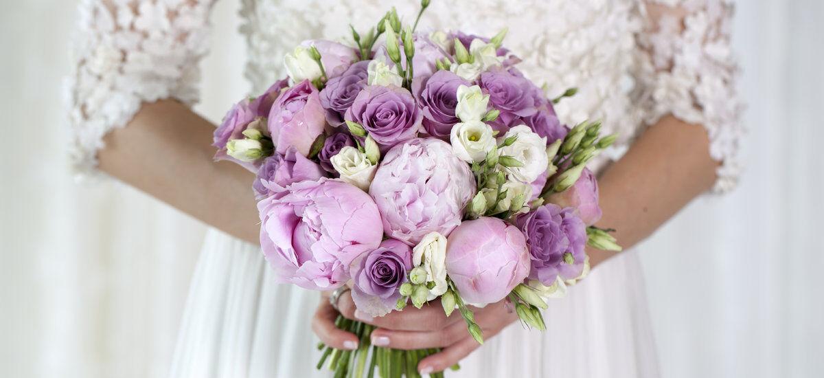 brudebukett med peoner og roser