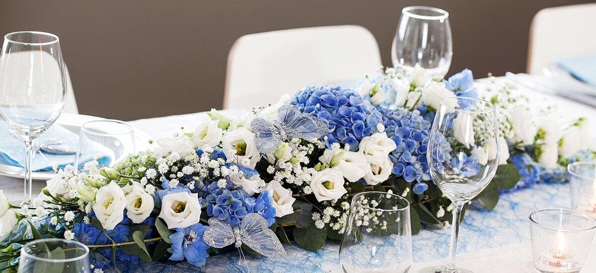 festbordet med borddekorasjon i blå i hvit