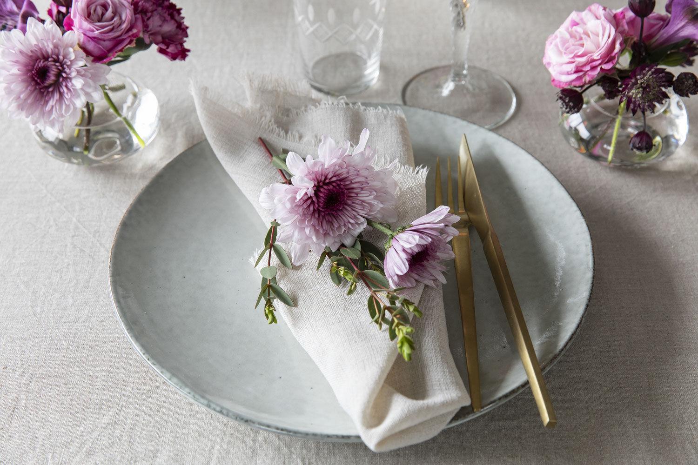 festbord med dalebekken vaser med blå og hvite blomster