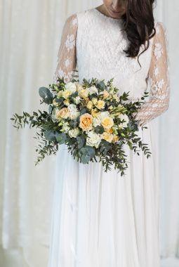 romantiske brudebukett i fersken og i hvitt