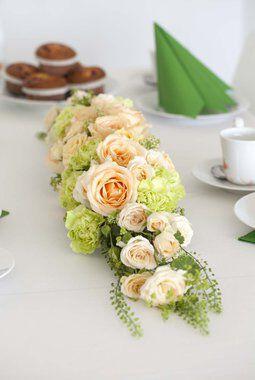 borddekorasjon med roser i fersken og grønt