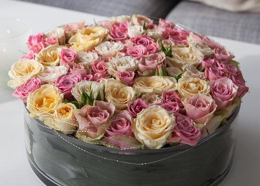 binderi_blomsterdekorasjon i roser_rosa og fersken_festbord