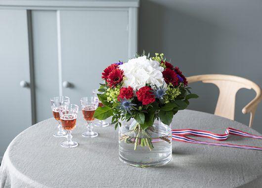 vakker hortensiabukett i rødt, hvitt og blått