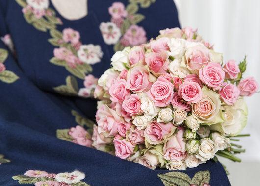 brudebukett med roser i rosa_fersken og hvit