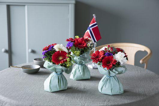 pynt bordet med søte små bordbuketter i rødt, hvitt og blått