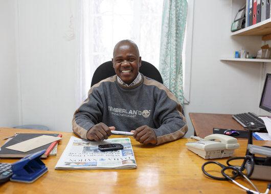 Dr. Edison Kirvi, leder av Staff Medical Clinic ved Waridi Flowers