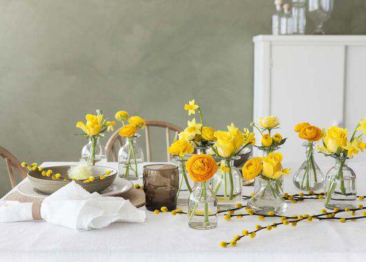 pynt påskebordet med påskeliljer og ranunkler