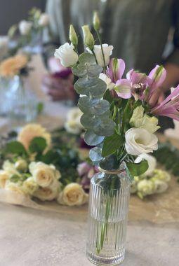 festbord med blomster i dalebekken vaser