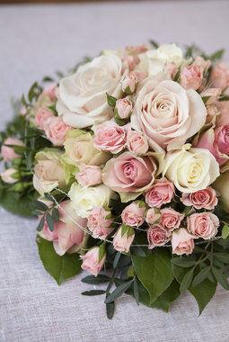 borddekorasjon med rosa roser på festbordet