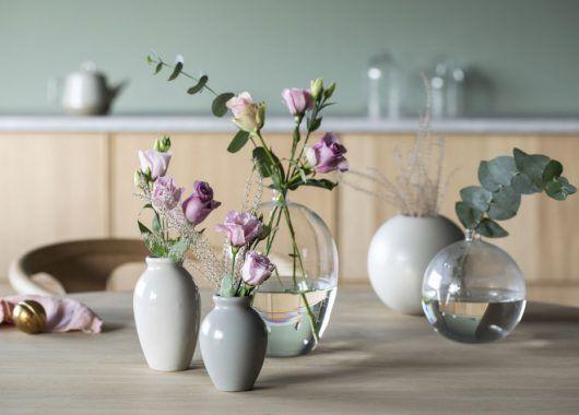 små vaser i keramikk med roser og eucalyptus