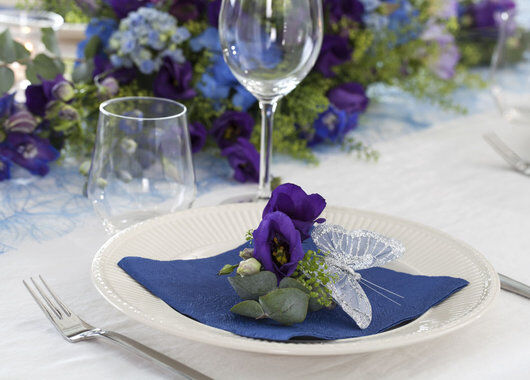 enkel og vakker kuvertpynt med blålilla lisianthus