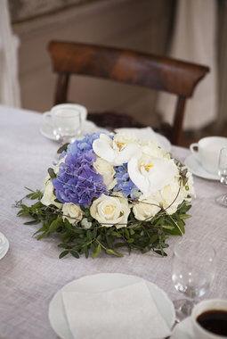 festbord med borddekorasjon i hvit og blå