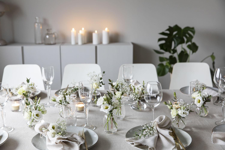 festbordet pyntet med dalebekken vaser