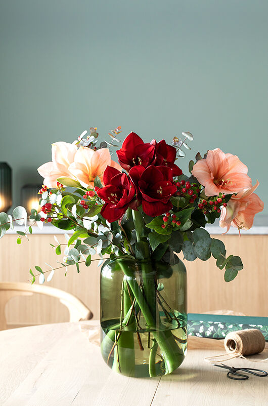 bukett med amaryllis og sesongens grønt i leaf vase