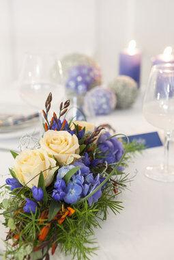 pyntet bord i blå og hvit til konfirmasjon