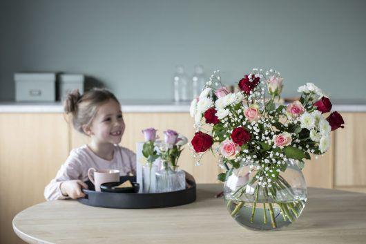 Server frokost til mamma med blomster