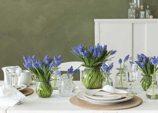 et vakkert pyntet bord med blå perleblomster