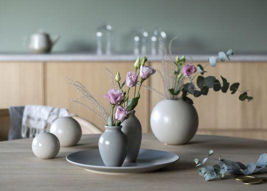Florum vaser og kermikkballer i fin kombinasjon