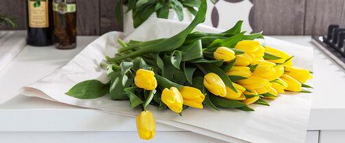 pynt med vakre avskårne blomster til påske