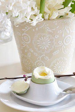 farg frokosteggene ved å tilsette konditorfarge i vannet når du koker eggene