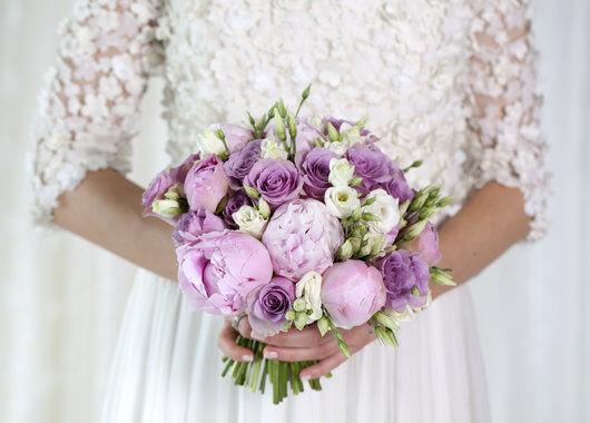 brudebukett med peoner og rosa roser