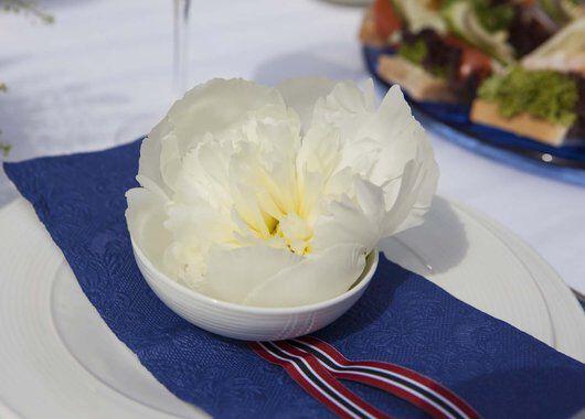 hvite peoner er perfekte til 17. mai bordet