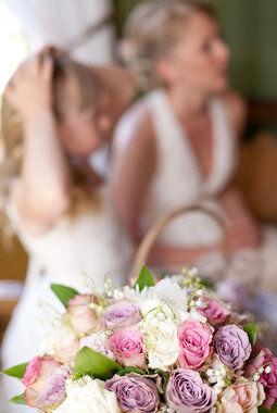 brud og brudepike med rosebukett