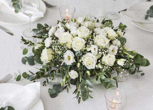 borddekorasjon i hvitt_roser_brudeslør og eucalyptus