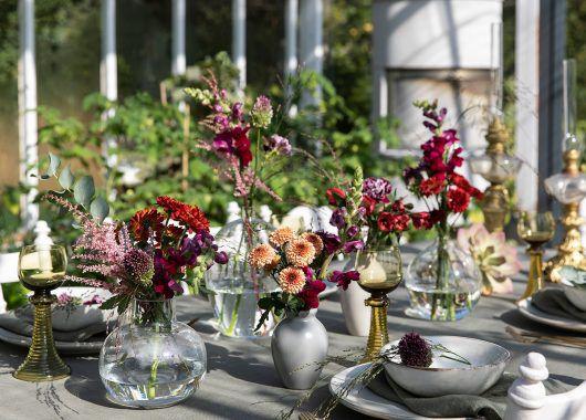 pynt bordet med flere ulike vaser med vakre sommerblomster