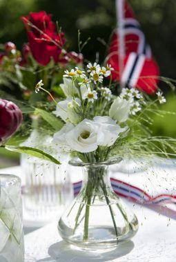 avskårne blomster i små Dalebekken vaser