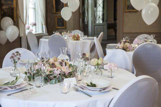 festbord med blomster og ballonger